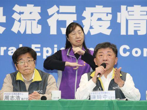 6日夜、緊急の記者会見を開く陳時中・衛生福利部長(保健相、右)