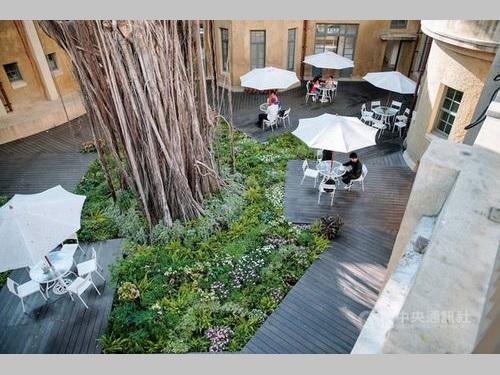 台南市美術館1号館の中庭にお目見えする「チーリンさんの幸福の花園」=同館提供