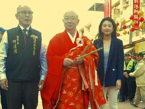 新港奉天宮の何董事長(左)と臨済宗妙心寺派の小倉管長(中央)
