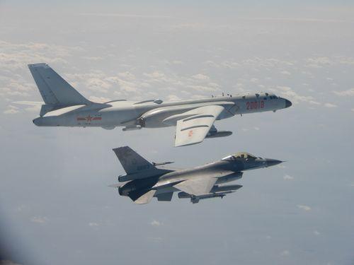 中国軍機の侵入を阻止するF16戦闘機(手前)=国防部提供