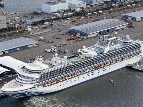 横浜港に停泊中のクルーズ船「ダイヤモンド・プリンセス] =共同通信社提供