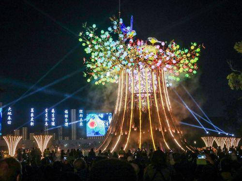 巨大樹木をモチーフにした台湾ランタンフェスのメインランタン。芸術家のリン・シュンロン(林舜龍)さんが手掛けた=台中市政府提供