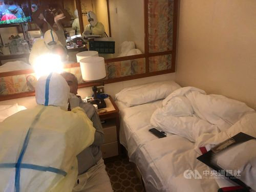 10日夜、ウイルス検査を受ける80代の台湾人男性=読者提供