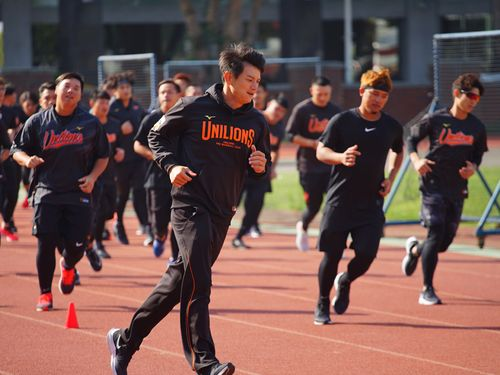 春季キャンプに参加する統一の選手たち=1月13日、台南市