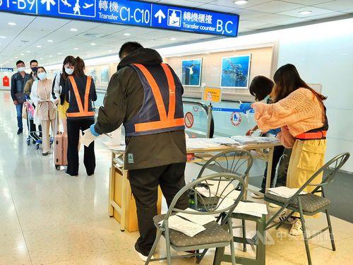 健康申告書を提出する入境者たち=2月12日、桃園国際空港