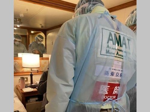 医師の診察を受ける台湾の80代男性=家族提供