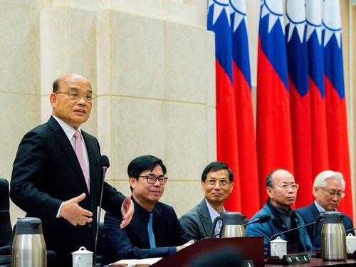 行政院院会(閣議)での蘇院長(左)=資料写真、同院提供