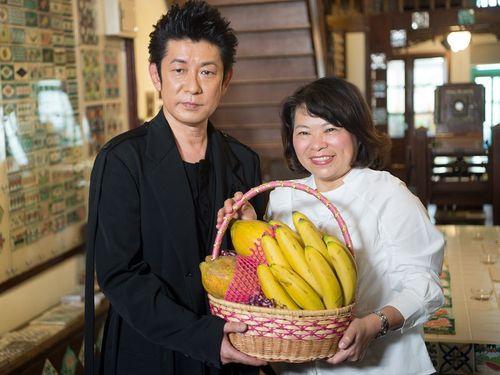 黄嘉義市長(右)からパパイヤとバナナを贈られる永瀬さん=同市政府提供