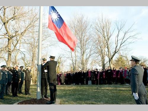 旧中華民国駐米大使公邸で行われる国旗掲揚式=2015年1月1日、米ワシントン