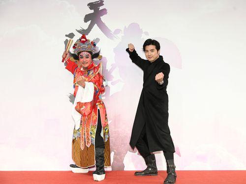 台湾ドラマ「天巡者」に主演するマイク・ハー(右)=三立テレビ提供