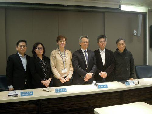 記者会見に臨む中央研究院の陳副研究員(右2)と廖院長(右3)ら