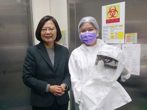 20日、北部・苗栗県にある国家衛生研究院のワクチン開発施設を視察する蔡総統(左)=同院提供