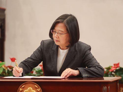 新型肺炎対応の特別条例法案に署名する蔡総統