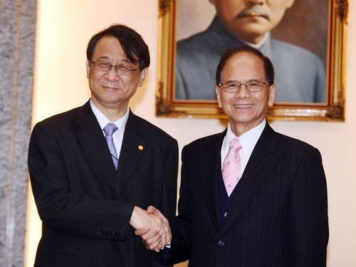泉代表(左)と握手を交わす游立法院長