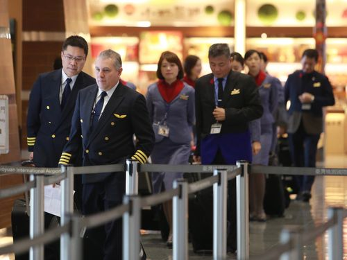 チャイナエアラインの航空機操縦士や客室乗務員=資料写真