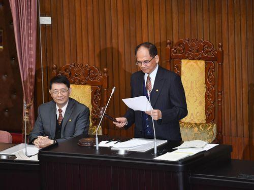 特別予算案の可決を宣言する游錫コン立法院長(国会議長、右)=コンは[方方]の下に土