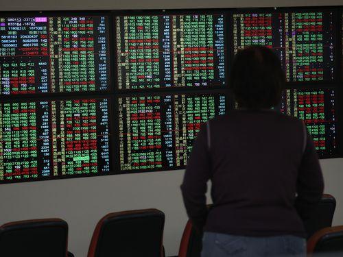 台湾株式市場 加権指数の終値1万割れ 4%安