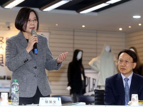 蔡総統(左)と聚陽実業の周董事長