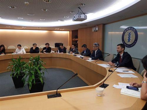 EUの保健当局とテレビ会議を行う中央研究院の廖院長(右3)や欧州経済貿易弁事処のGrzegorzewski処長(同2)=処長のツイッターから
