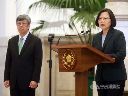 談話を発表する蔡総統(右)。左は陳建仁副総統