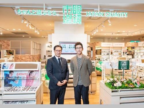 台湾頂点眼鏡市場の田川肇総経理(左)、台湾1号店の開幕ゲストを務めた俳優のシュウ・ジエカイ(修杰楷)さん=台湾頂点眼鏡市場提供