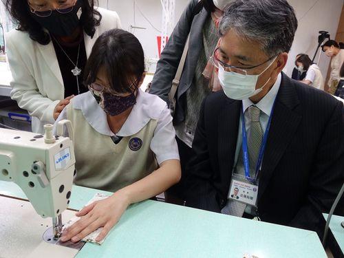 日本人学校の近藤裕敏校長(右)