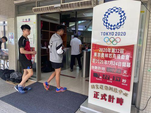 ナショナル・スポーツ・トレーニングセンター(国家運動訓練中心)の入り口に設置される東京五輪カウントダウンパネル=3月25日、高雄市