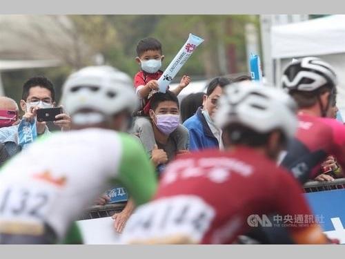 自転車イベントの観客ら=3月1日、台北市