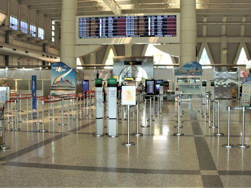 国際線のほぼ全便がキャンセルされる高雄空港の出発ロビー=3月19日
