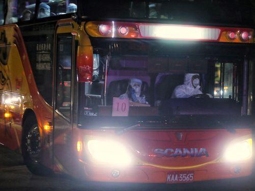 湖北省からの帰国者を乗せて検疫所に向かう大型バス