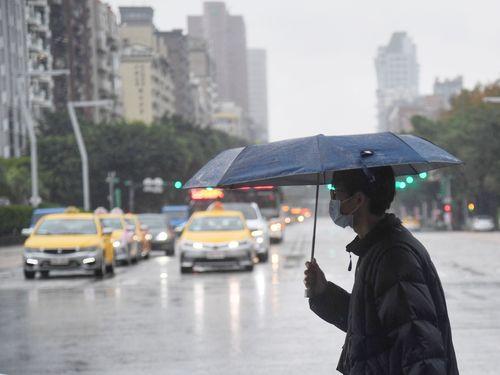 傘を差す男性=資料写真