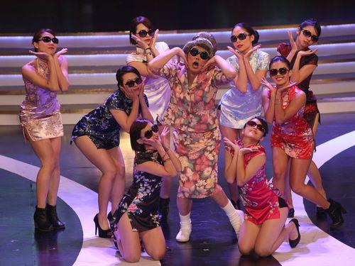 志村けんさんが扮した「ひとみばあさん」をモデルとした台湾の「陽婆婆」(中央)=2013年10月25日、台北市