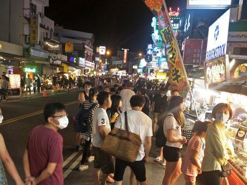 連休をビーチリゾートの墾丁で過ごす行楽客たち ノーマスクで歩いている人も