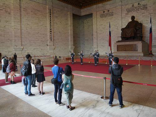 中正紀念堂(台北市)の衛兵交代式を見る観光客ら