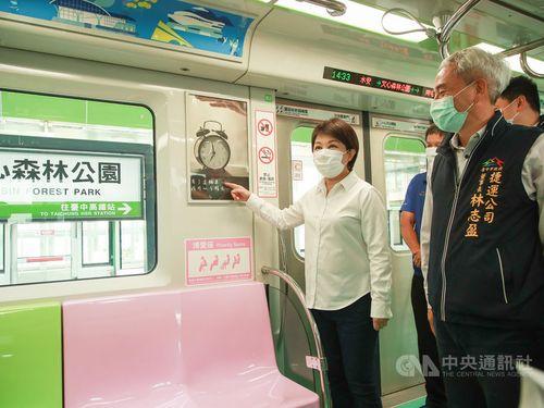 台中メトロ(MRT)グリーンラインの車内を視察する盧市長(左)