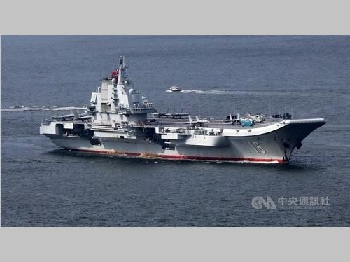 台湾周辺の海域を通過する中国空母「遼寧」