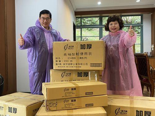 雨がっぱの寄贈を呼び掛ける張武修さん(左)=王輝生さん提供