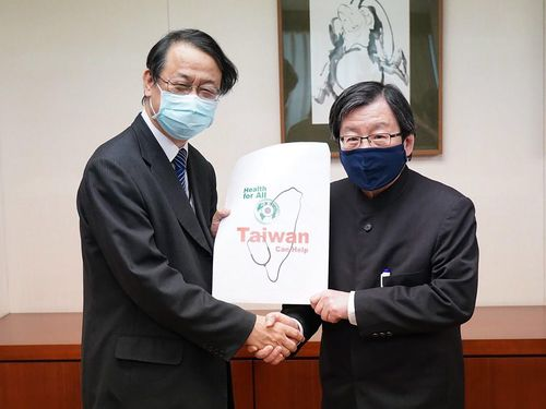握手を交わす台湾日本関係協会の邱会長(右)と日本台湾交流協会台北事務所の泉代表=外交部提供