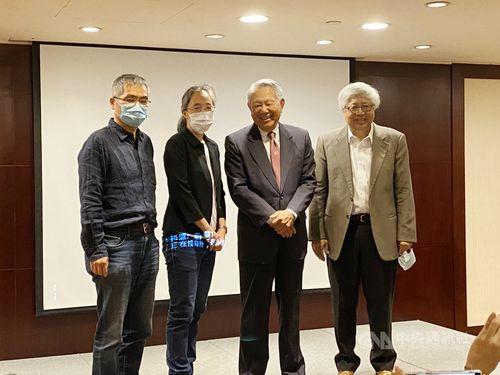 笑顔を見せる国光生物科技のセン会長(右から2人目)