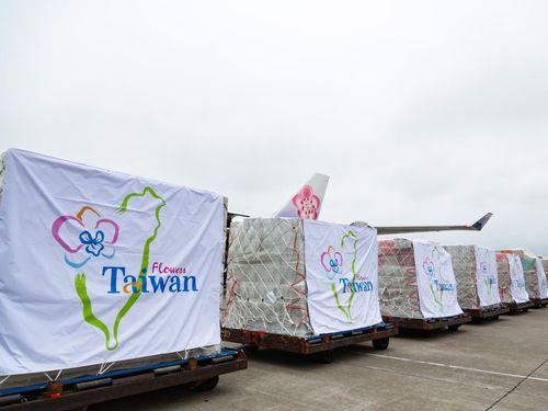 台湾産の花きが入った荷物=農業委員会提供
