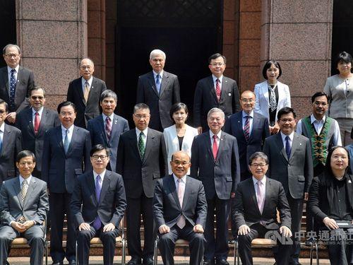 記念写真に納まる蘇行政院長(前列中央)と閣僚ら