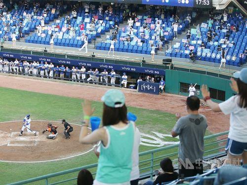 台湾プロ野球、入場者を2千人に拡大 飲食も条件付きで許可 15日から