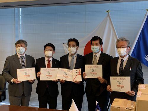 贈呈式に出席した台北駐福岡経済文化弁事処の陳忠正処長(右2)=同弁事処提供