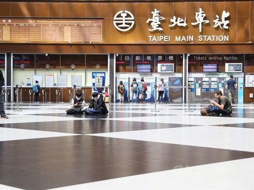 台北駅の1階ロビーでくつろぐ旅行者たち