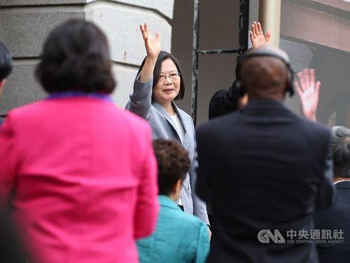 就任演説後、出席者らに手を振る蔡総統