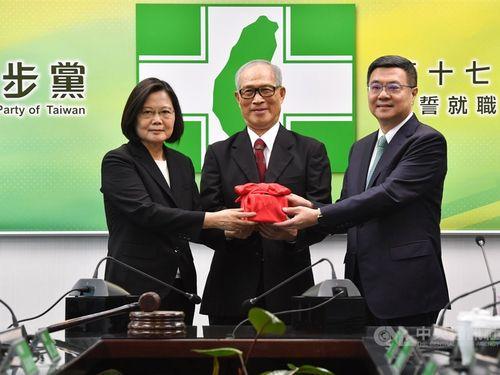 民進党主席に復帰した蔡総統(左)。右は前主席の卓氏