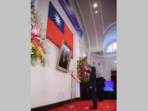 中華民国国旗と孫文の肖像画に向かって宣誓する蔡総統=5月20日、台北市・総統府