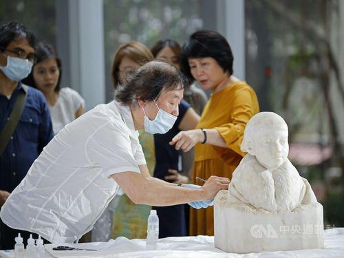 石像「ひさ子さん」の修復を手掛ける森純一氏=北師美術館提供