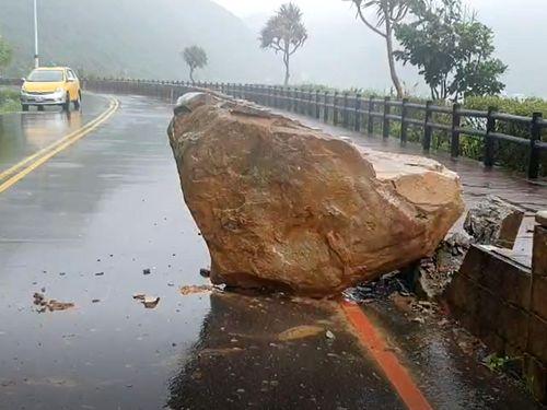 北部基隆市で大雨による落石の被害=読者提供