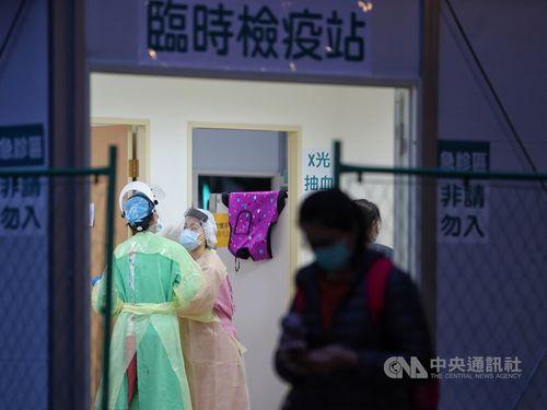 病院の外に設置された臨時の検疫所
